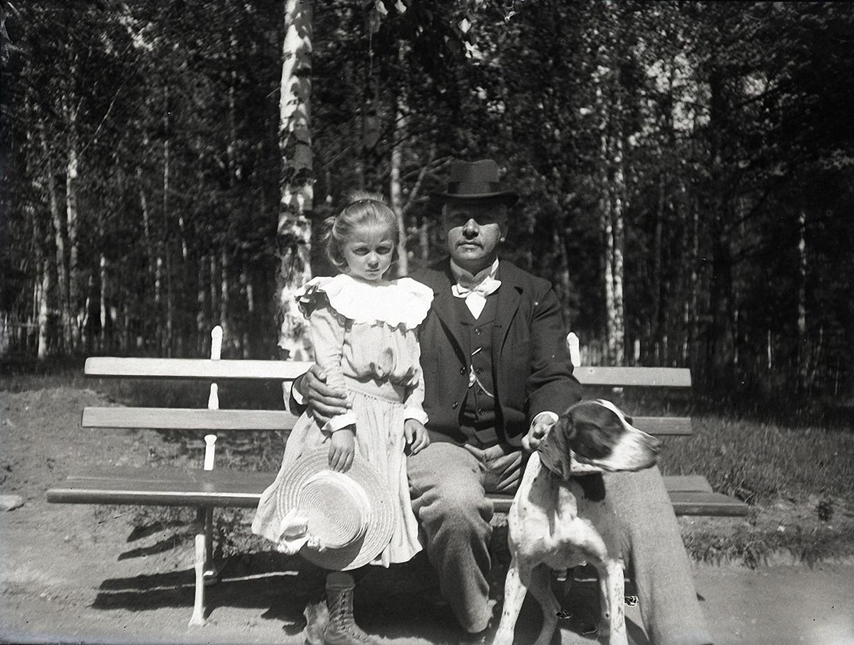15. 1898. 25 мая. Наташа Живаго с В. В. Махаловым и собакой. Химкинская станция.
