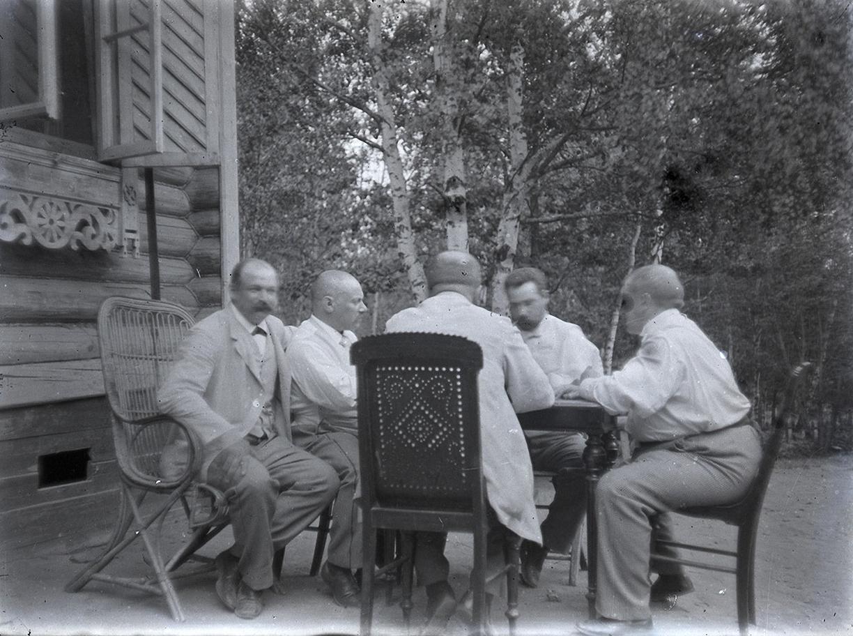 12. 1898. 25 мая. Мужчины играют в карты в дачном саду. Химкинская станция.