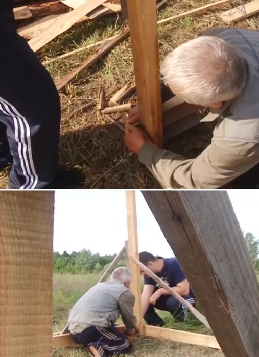 Вместе с соседом Владимир Крысанов установили четыре опоры по углам будущего дома и закрепили по уровню.   Фото: youtube.com/ Взгляд слепых.