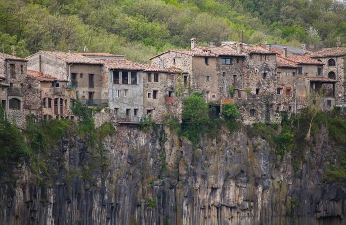 Средневековая архитектура городка тесно переплетается с горным ландшафтом (Castellfollit de la Roca, Испания). | Фото: dmitry-islentev.livejournal.com.