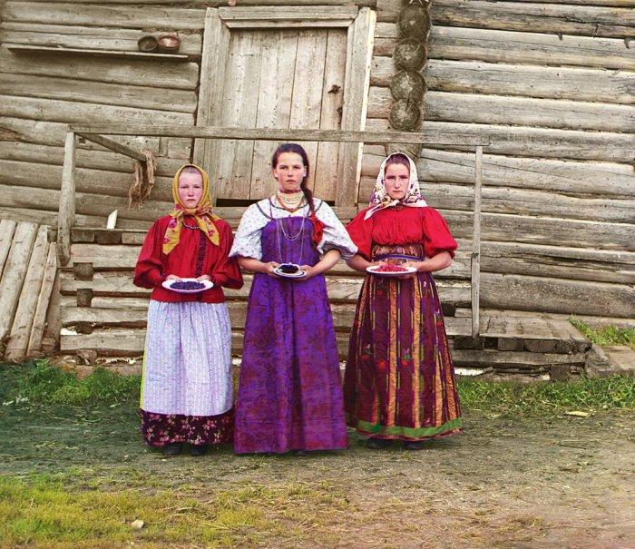 Молодые крестьянке на фоне избы| Фото: Радио Свобода.