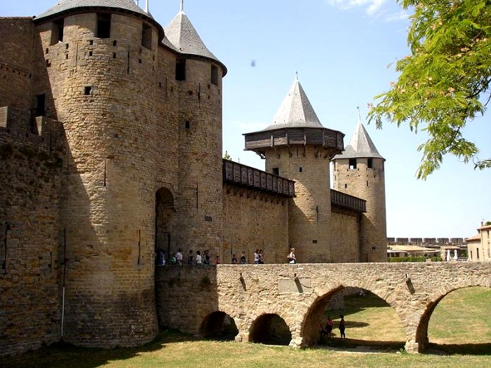 Во французской крепости Каркасон от окон - одно название. /Фото: pinterest.com