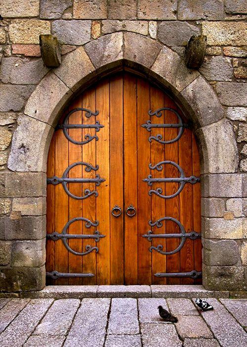 Такие ворота в средневековом замке принесли бы немало проблем. /Фото: pinterest.de