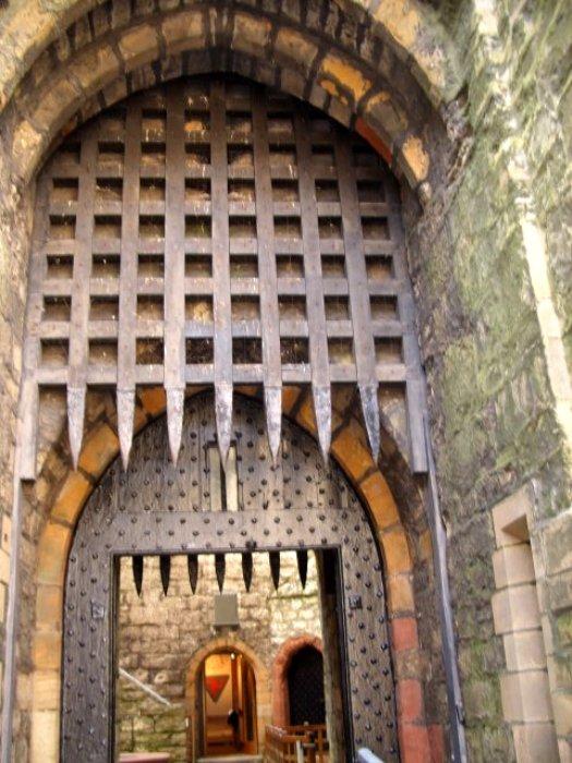 Замковые ворота слишком неуязвимы, чтобы не уделить внимание их проектированию. /Фото: uklive.ru