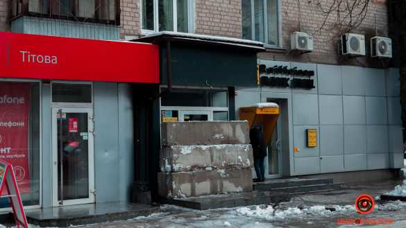 Мэр Днепропетровска забаррикадировал вход в популярную «наливайку» бетонными блоками (ФОТО)   Русская весна