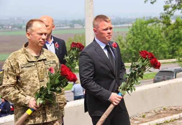 Перепутал войну: Новый командующий «ООС» возложил цветы к памятнику «атошникам» (ФОТО) | Русская весна