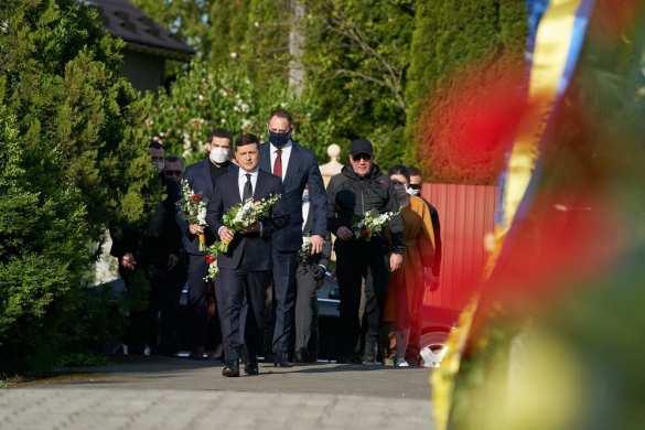 Зеленский возложил цветы кВечному огню, длянего иегопартии это«день скорби» (ФОТО) | Русская весна