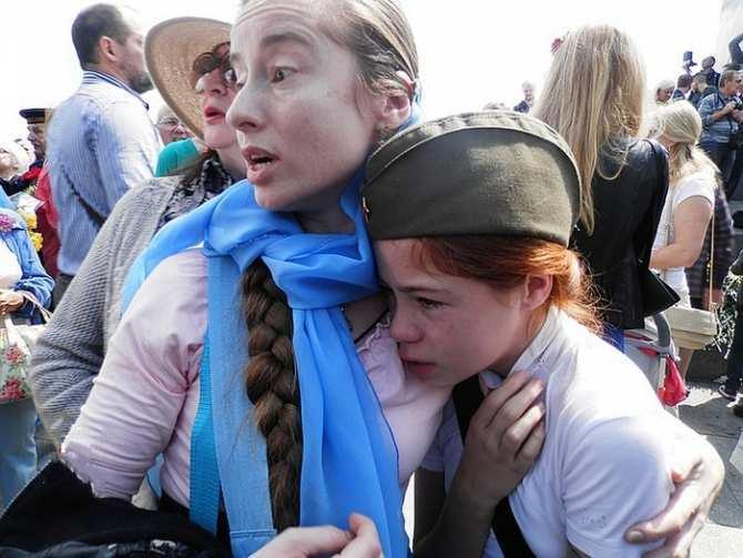 «Пособники нацистов»: из Крыма хотят депортировать маму с дочкой, избитых фашистами в Киеве 9 мая (ВИДЕО) | Русская весна