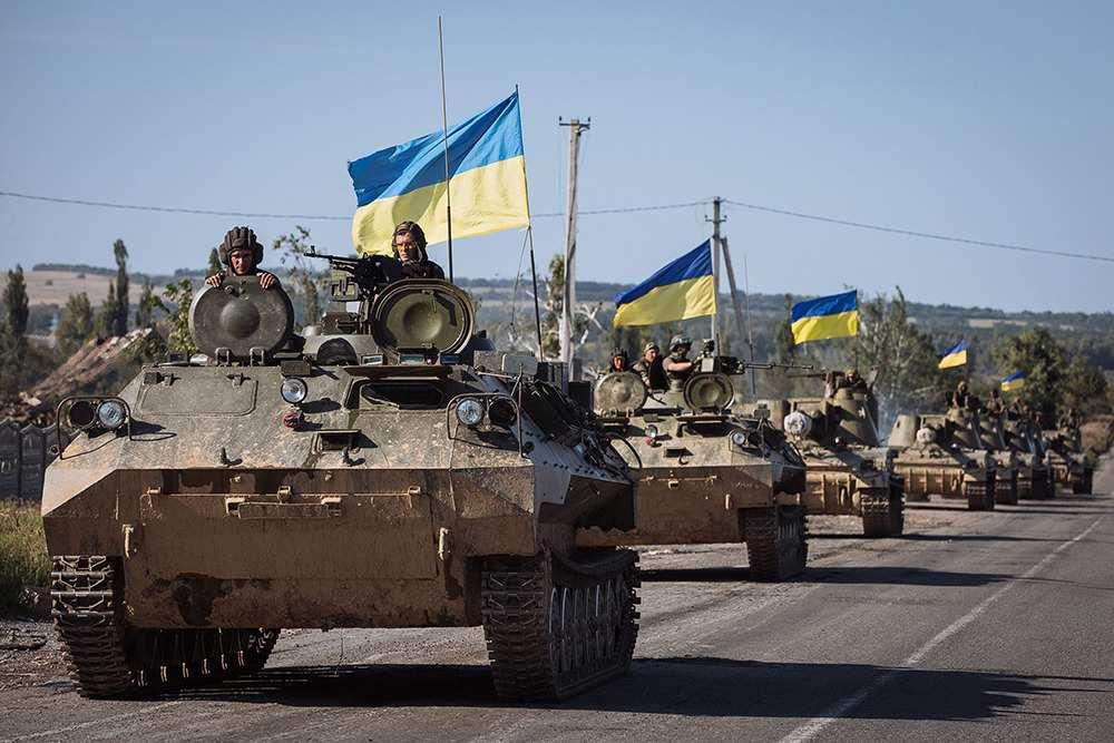 Колонна бронетехники ВСУ движется в сторону фронта на Донбассе (ВИДЕО) | Русская весна