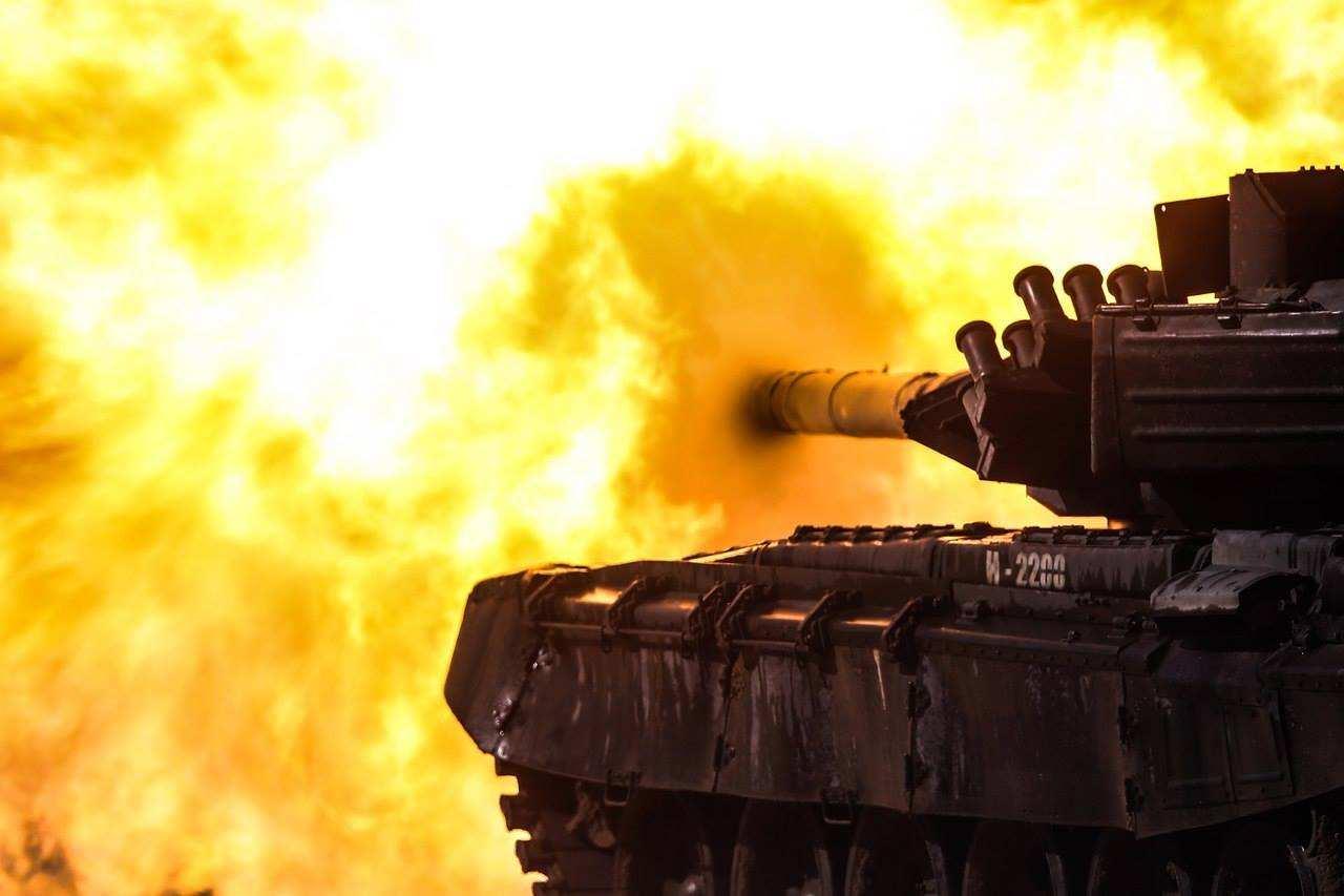 Одним выстрелом из танка «ВСУшник» поразил три цели: свой учебный корпус, сослуживца и комбрига | Русская весна