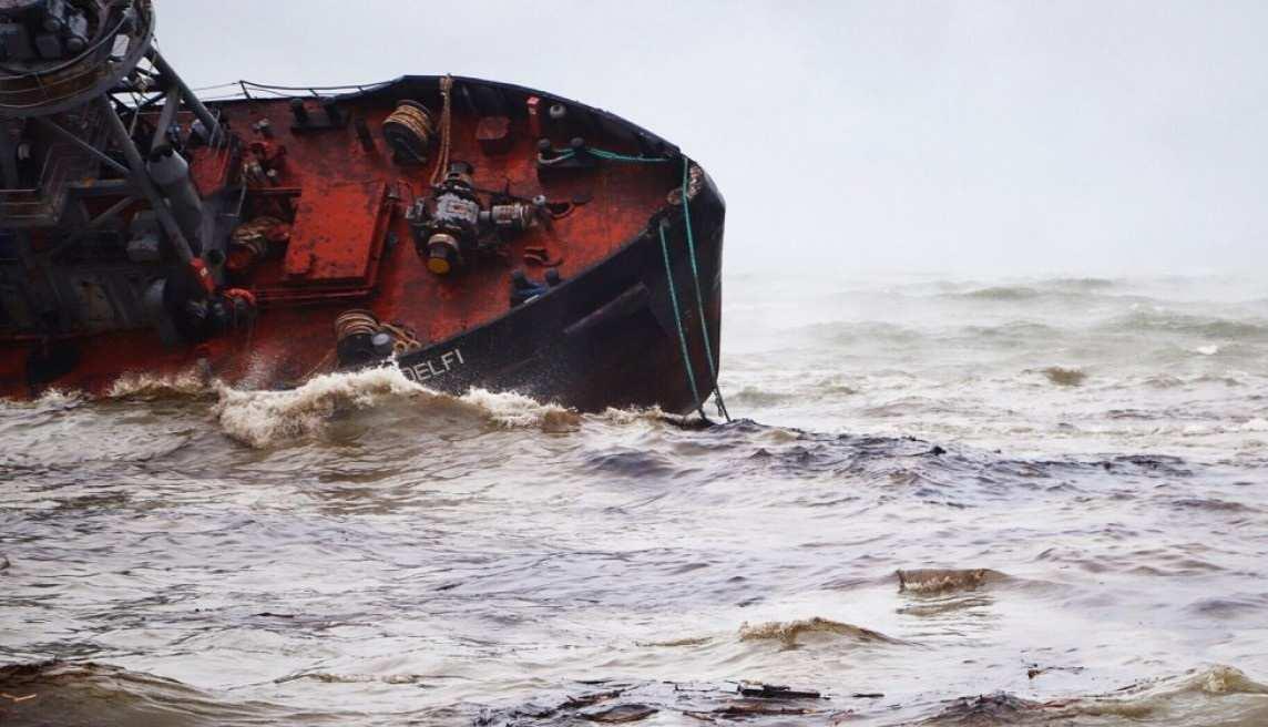 Попытки поднять затонувший танкер в Одессе привели к новой утечке нефтепродуктов   Русская весна