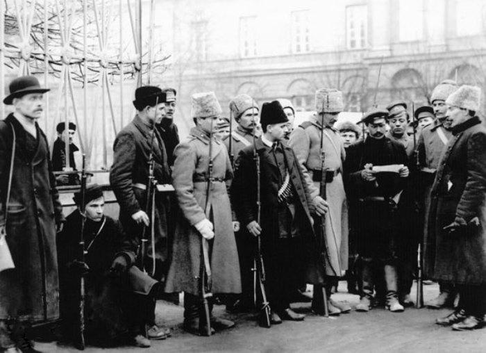 Проверка документов у входа в Смольный, ноябрь 1917 г. | Фото: e-reading.mobi